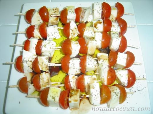 brochetas-cherrys-mozarella