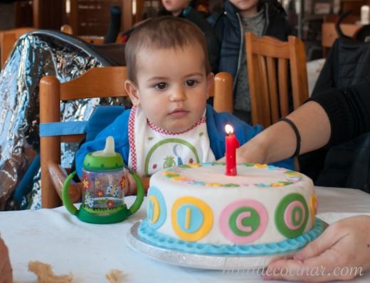 """Tarta fondant """"primer cumpleaños"""" con corazones y personalizada con el nombre"""