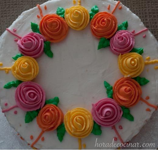 Detalle de la corona de rosas de listón de glasa real