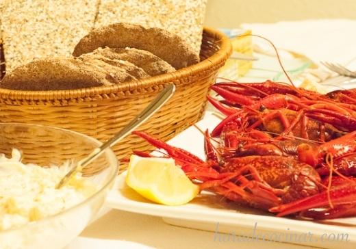 Cangrejos, salsa y pan seco