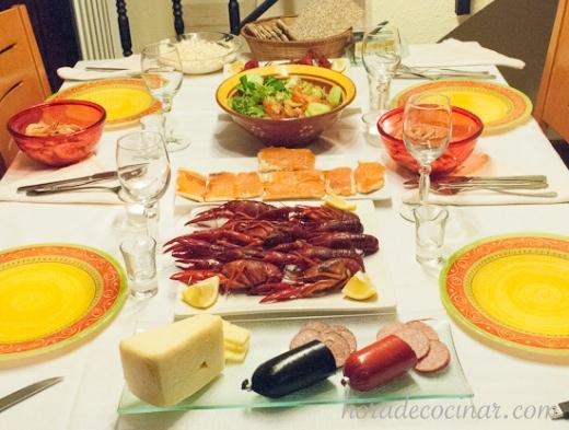 La mesa preparada para la fiesta del cangrejo