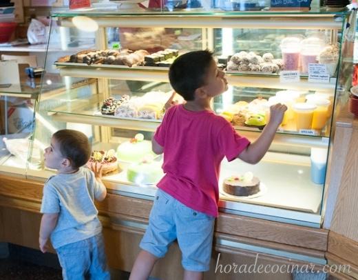 Mis niños eligiendo su pasta para el Fika