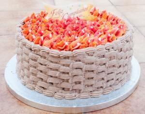 Tarta cesta con flores