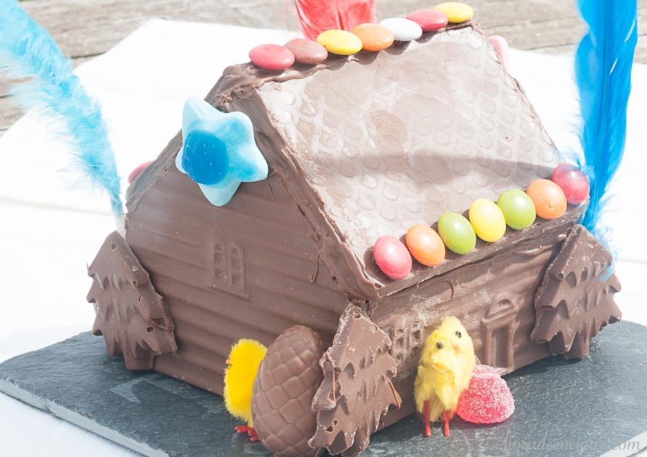 Figura de mona de casita de chocolate