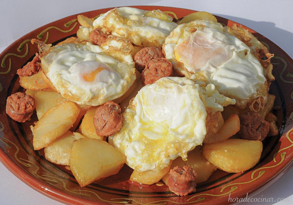 Huevos rotos con chorizo fresco